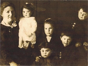 Hannah Mary Lloyd and children (with kind permission of Mrs.G.Malpas)